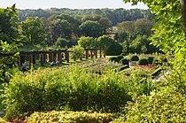 Ogrod wloski w parku ostromeckim w glebi widoczne rosarium.JPG