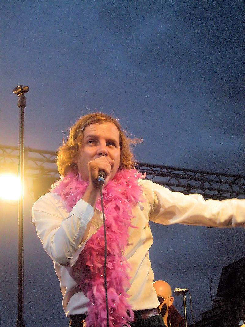 Le chanteur Philippe Katerine, en concert. Fête de la Musique - 21 juin 2006 Les Sables d'Olonne, Vendée, France. | Photo : WIkimedia