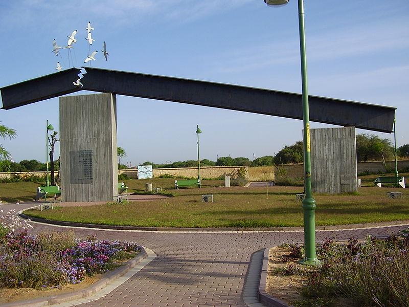 אנדרטה לחללי הפיגוע בנמל אשדוד ב-2004