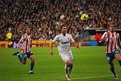 Higuaín durante un derby di Madrid nella stagione 2010-2011