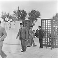 Portier van de Knesseth in Tel Aviv bij het toegangshek terwijl het parlementsl…, Bestanddeelnr 255-1330.jpg