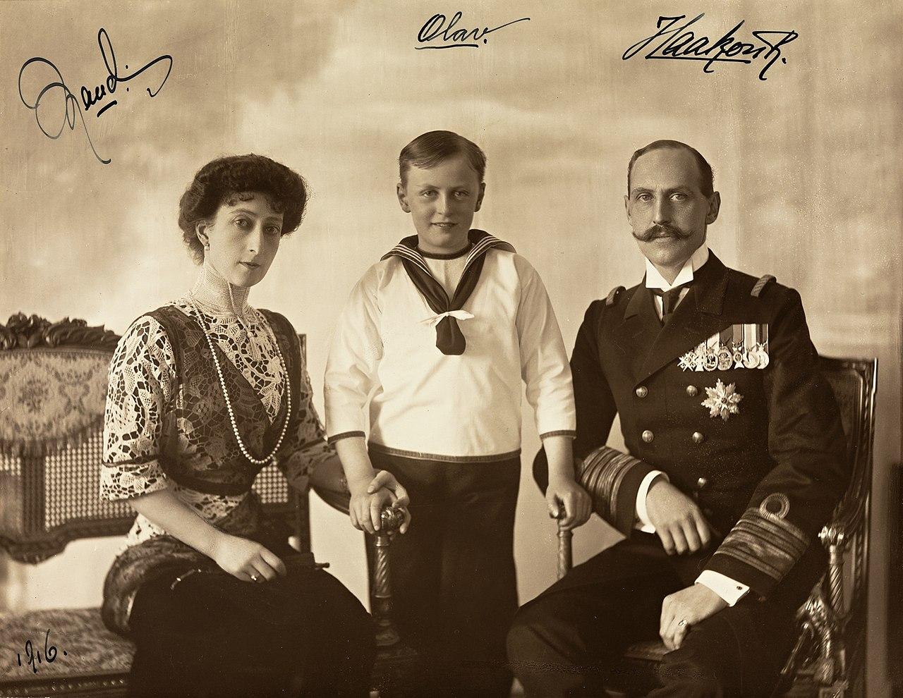 File:Portrett av Dronning Maud, Kronprins Olav og Kong Haakon VII ...