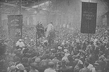 Assemblea degli operai nella fabbrica Putilov di Pietrogrado, Russia, 1917