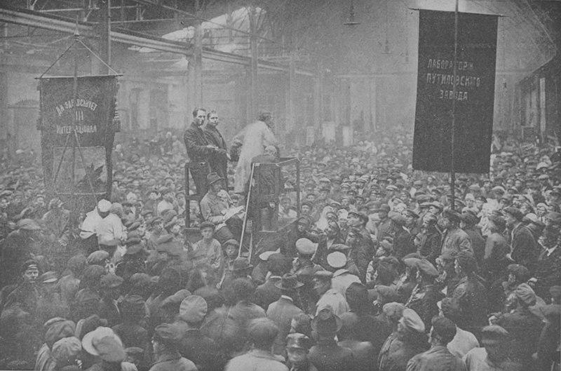 Reunión política en la fábrica Putilov, Petrogrado.