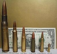 Peluru senapan, dari kiri ke kanan: .50 BMG, 300 Win Mag, 7.62 NATO, 7.62 Soviet, 5.56 NATO, .22LR.