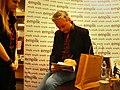 Robert Biedroń podpisuje książkę.jpg