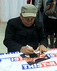 Roberto Duran signing autographs in Jan 2014.jpg
