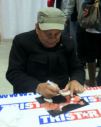 Roberto Durán - Duran signs autographs at a Houston sports collectors show in January 2014.