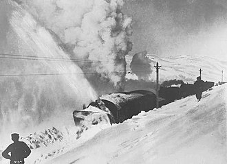 Bergen Line - The rotary snowplow fighting its way across Hardangervidda in 1908.