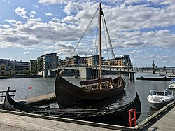 Saga Farmann Klåstadskipet viking ship replica built 2018 row boat Tønsberg harbour pier board walk dock brygge havn Oseberg kulturhus Quality hotel Kaldnes bro footbridge Byfjorden etc Norway 2019-08-21 0064.jpg