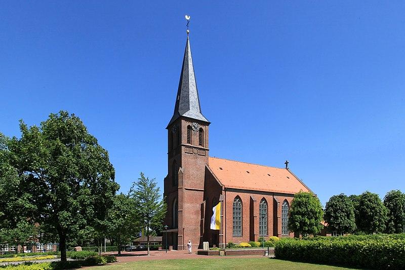 File:Saterland Scharrel - Kolpingplatz + St. Peter und Paul 01 ies.jpg