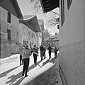 Skiërs lopend door Igls, Bestanddeelnr 254-4333.jpg