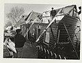 Sloop van het verzakte houten huisje aan de IJdijk in Spaarndam, De verzakking wordt veroorzaakt door graafwerkzaamheden. NL-HlmNHA 54031549.JPG