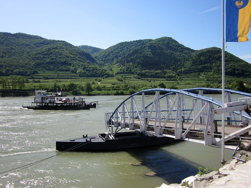 File:Spitz (Niederösterreich). Car ferry crossing the Danube. - panoramio.jpg