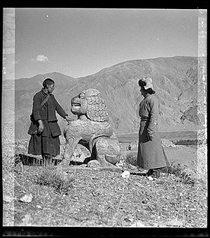 Ralpacan - Stone lion on burial mound of King Ralpacan in Chongye Valley
