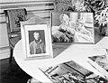 Tafel in het paleis met daarop een Zweeds tijdschrift en ingelijste foto's van k, Bestanddeelnr 254-6168.jpg