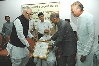 Nanaji Deshmukh - The Vice President, Bhairon Singh Shekhawat presenting Shri Naresh Samata Puraskar to Shri Nanaji Deshmukh, in New Delhi on 8 April 2006.