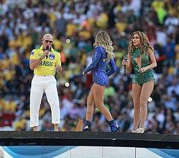 Pitbull (a sinistra) alla cerimonia di apertura dei Mondiali di calcio del 2014, assieme a Jennifer Lopez e Claudia Leitte