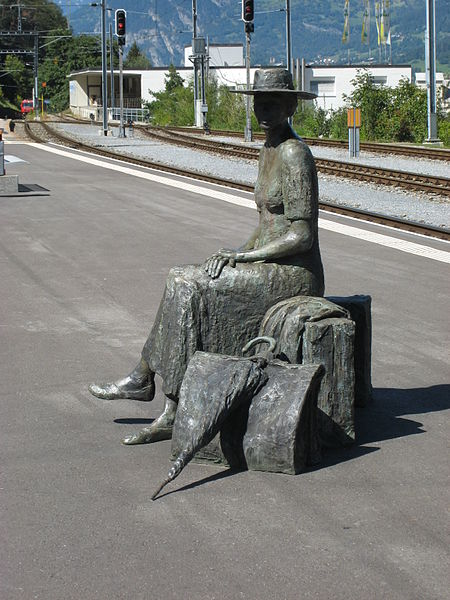 Archivo:Thusis Bahnhof - statue.jpg