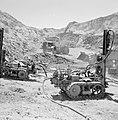 Timna in de Negevwoestijn rupsbandvoertuigen en een vrachtwagen op het terrein , Bestanddeelnr 255-3676.jpg