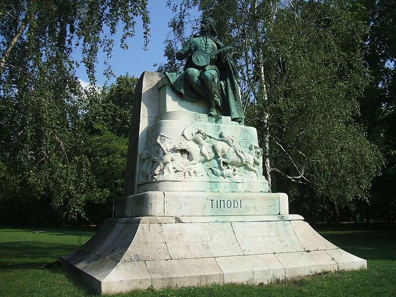 File:Tinódi Lantos Sebestyén szobra Budapesten.JPG