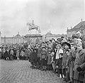 Toeschouwers op het plein van Slot Amalienborg ter ere van de verjaardag van de , Bestanddeelnr 252-8697.jpg