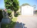 Troisvilles (Pyr-Atl, Fr) fronton avec statue de pelotari.JPG