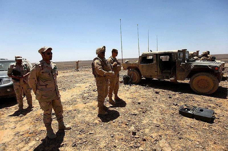 الموسوعه الفوغترافيه لصور القوات البريه الملكيه السعوديه (rslf) 800px-USMC-120517-M-KU932-016