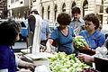 Une marchande de fruits et légumes dans le rue Vas.jpg