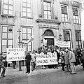 VVDM-leiders bij Ministerie van Defensie , demonstranten voor ministerie, Bestanddeelnr 927-1002.jpg
