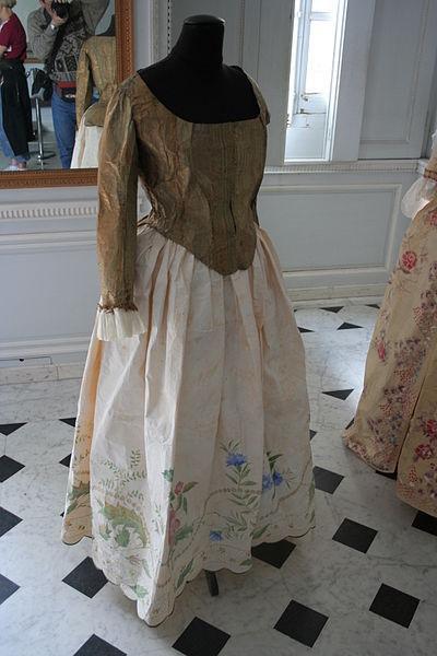 File:Versailles-Appartements de Marie-Antoinette-Robe 2.jpg