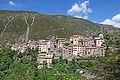 Vue du village de Pierlas depuis le flanc sud du vallon de Coulié (printemps).JPG