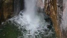 Datei:Wasserfall Tatzelwurm - Obere Stufe (Schwenk - von oben).ogv