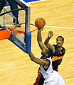 Willie Green past Anthony Randolph.jpg