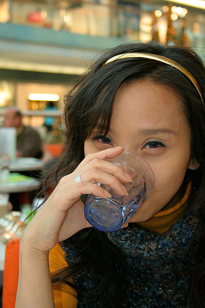 Ficheiro:Woman drinking water.jpg