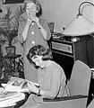 Women, mirror, newspaper Fortepan 7571.jpg