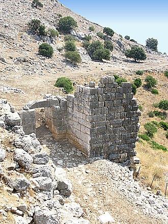 Palairos - Image: Αρχαία Πάλαιρος, η κύρια πύλη σταη Ν.Δ. πλευρά της οχύρωσης panoramio