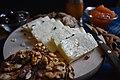 Биено сирење сервирано со јаткасти плодови и џем.jpg