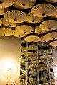 Необычный дизайн суши-бара с потолком, украшенным зонтиками.jpg