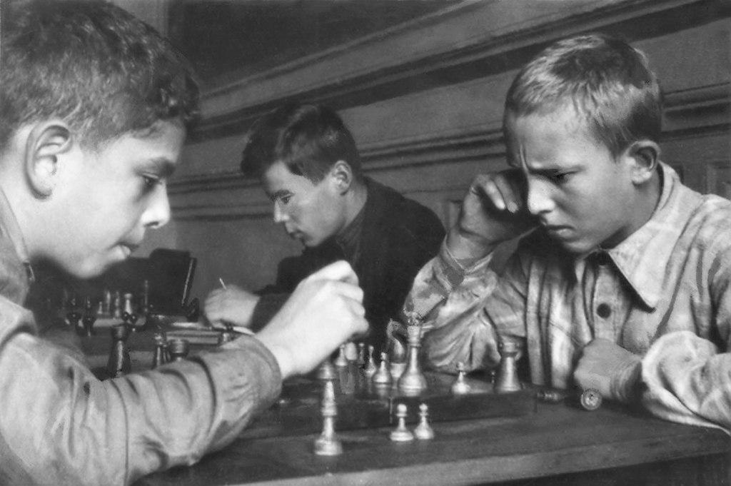 Пионеры за игрой в шахматы, 1930-е годы. Фотограф Борис Иваницкий