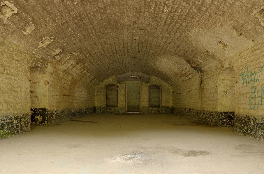 This file was uploaded  with Commonist.    Batterie des Roches: une chambrée du casernement principal (HDR).