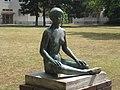 1210 Floridsdorfer Markt 9-14 - Conrad Lötsch-Hof - Bronzeplastik Sitzende Frau mit kurzen Haaren von Peter Steyer 1962 IMG 2162.jpg