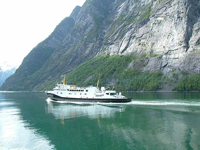 Geiranger, la ville et le fjord. 640px-131_Geirangerfjord