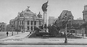 Cinelândia - View of Cinelândia square in 1919. The monument to Floriano Peixoto is in the foreground. The Municipal Theatre is at the background left.