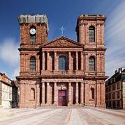 Vue de face de la cathédrale Saint-Christophe