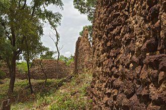 Loropéni - Remains of defensive walls at the ruins of Loropéni, May 2016