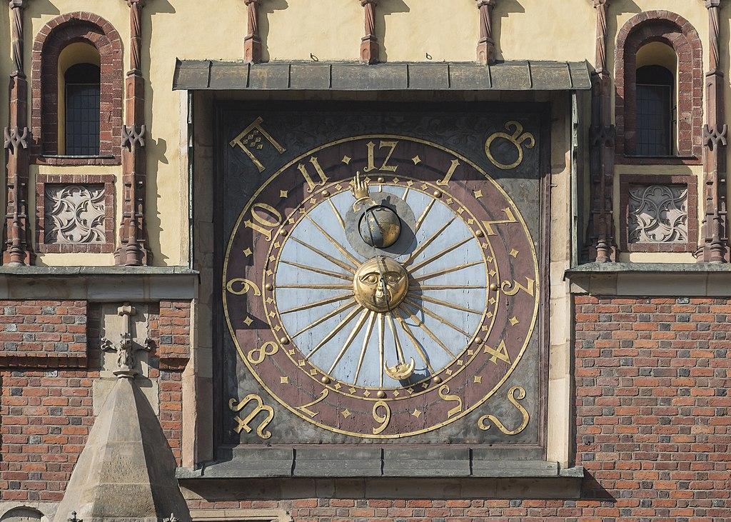 Horloge astronomique sur l'hotel de ville de Wroclaw. Photo de Jacek Halicki.