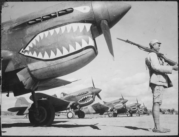 米空軍CATFに編入後の飛虎隊所属機(P-40K)と、それを護衛する中華民国の兵士。塗装とマーキングはAVG時代のままだが、国籍マークは米軍のものに変わっている