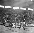 Ajax tegen MVV 1-1, Piet Keizer (niet zichtbaar) in duel met Toennaer, Bestanddeelnr 918-8341.jpg