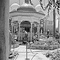 Akko, Binnenplein voor de ingang van de El Jezzar moskee. Gelovigen bij de kiosk, Bestanddeelnr 255-2521.jpg